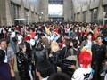 Det her er omr�det imellem hallerne - Cosplay Kingdom. Der var mindst lige s� mange mennesker som indenfor.